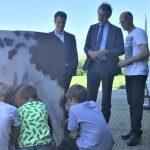 Onderwijsminister Slob volgt 'boerderijles' in Bathmen